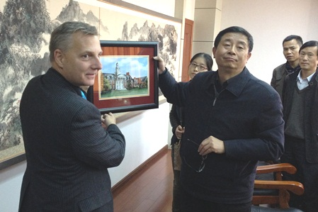 Foust (left) with Anqing Normal University President He Xiaoxiang