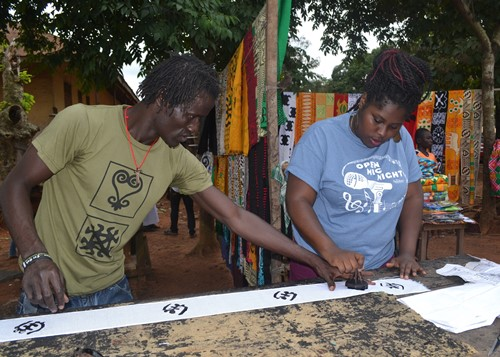 SU student Amanda Ampofo-Williams (right) makes cloth.